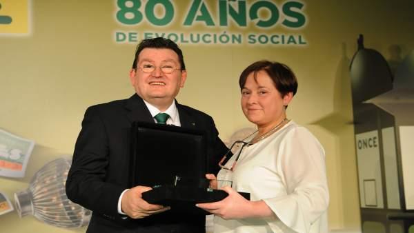 María Rosa Salazar recibe el galardón.