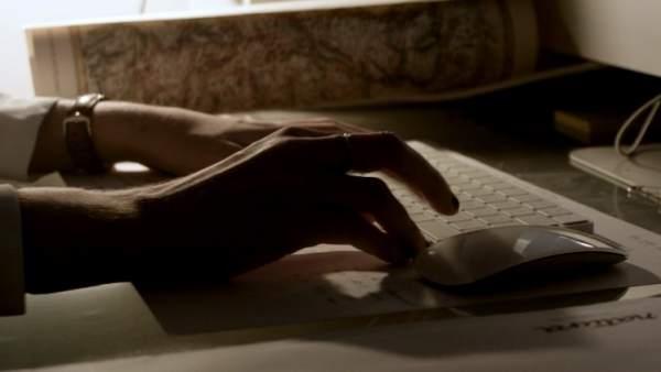 Chica trabajando en ordenador