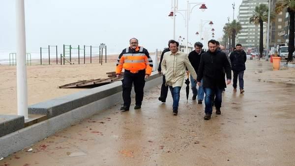 El alcalde de Cádiz visita desperfectos del temporal