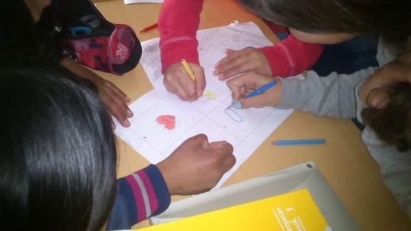 Niños participan en un taller de microempresas