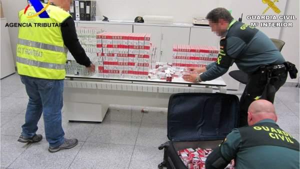 Los agentes requisan las cajetillas de la maleta