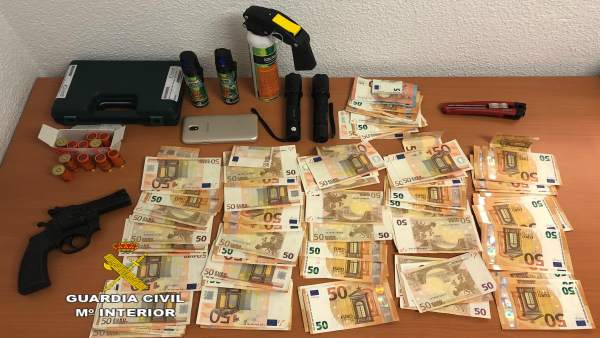 Detingut en intentar envestir la Guàrdia Civil amb un cotxe en el qual portava armes prohibides