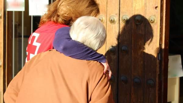 Cruz Roja prestando atención a una persona mayor