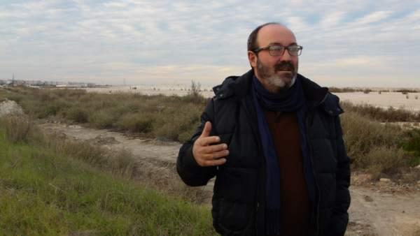Pedro Jiménez (IU), en las balsas de fosfoyesos.