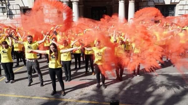 Los activistas han roto unas banderillas con la sangre falsa