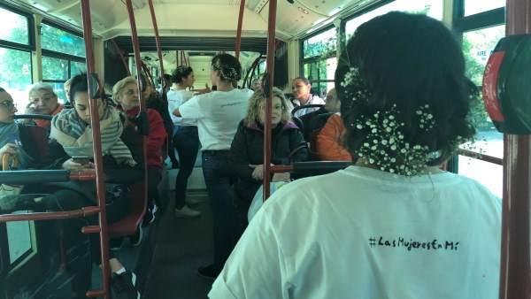 La iniciativa 'Ruta por la Igualdad' haciendo microteatro en líneas de Tussam
