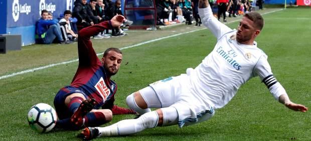 Pedro León pelea por el balón contra Sergio Ramos