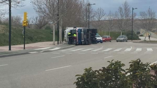 Vuelca un camión en Ronda de Boltaña de Zaragoza.