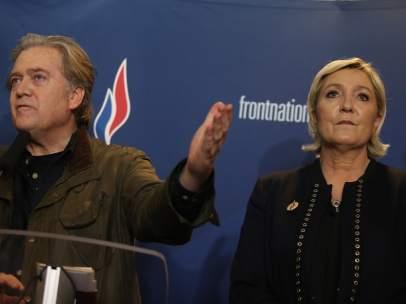 Le Pen y Steve Bannon