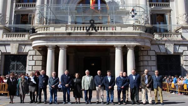 Representantes del Ayuntamiento en el minuto de silencio
