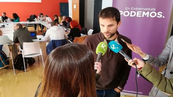 ÞÁlvaro Jaén atiende a los medios de comunicación
