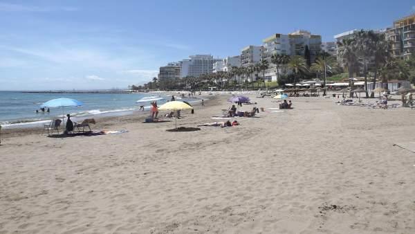 Playa turismo turistas sol marbella arena orilla mar viajeros relax litoral