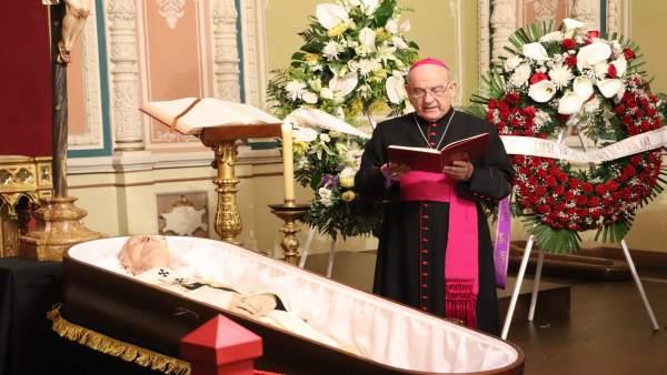 Vicente Jiménez Zamora realiza un responso en la capilla ardiente de Elías Yanes