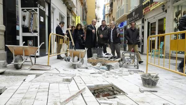 El alcalde de Málaga civita las obras de calle San Juan