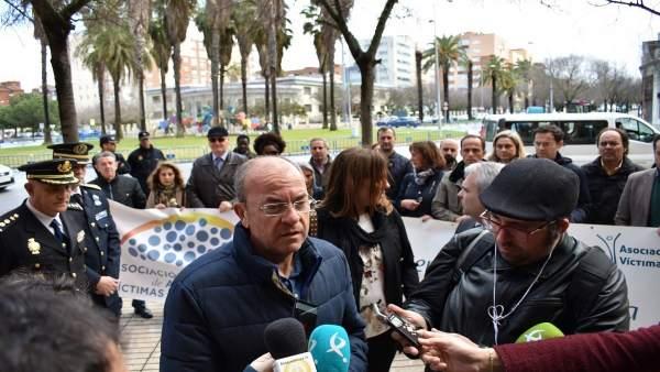Monago atiende a los medios en el homenaje a las víctimas del terrorismo