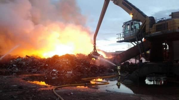 Controlado el incendio en el PTR de la Cartuja.