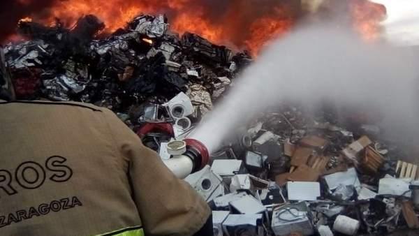 Bomberos trabajan en la extinción del incendio del Parque de Reciclado.