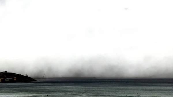 Polvo de carbón levantado este domingo en El Musel (Gijón)