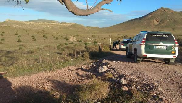 Un agente custodia la entrada al camino al pozo donde habría estado Gabriel