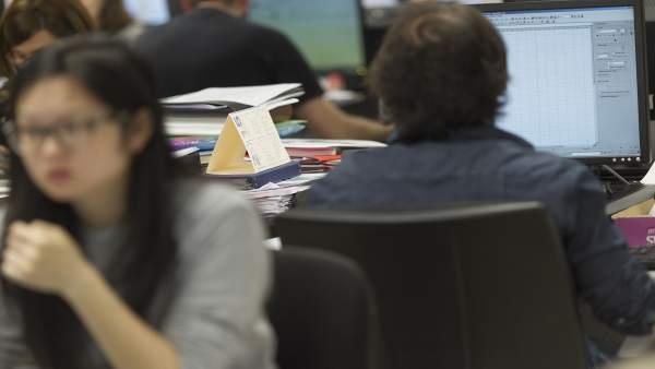 Imagen de ARCHIVO. Trabajadores en una oficina.