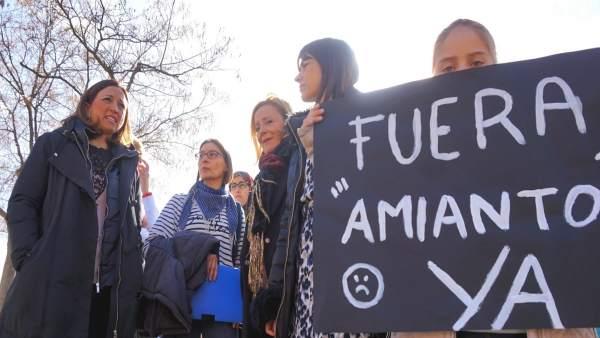 Patricia Navarro en una protesta para retirar amianto de los colegios