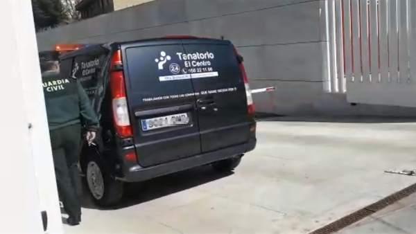 Furgón de la funeraria entrando en el IML en Almería