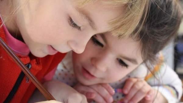 Dos niñas en la escuela.