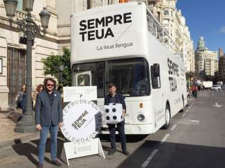 Imatge del Bus de la Llengua davant l'Ajuntament de València
