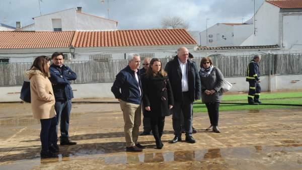 El alcalde, la delegada y el presidente en La Granjuela mientras aún actúan los