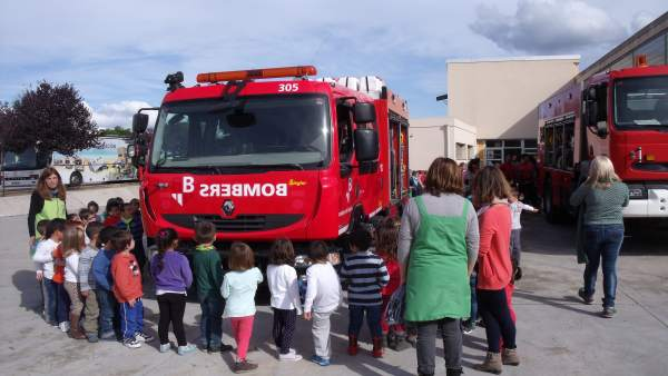 Escolares con un camión de bomberos