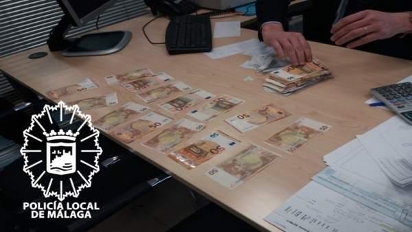 Dinero recuperado tras perderlo un hombre al sacarlo del banco