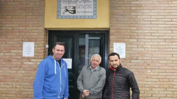 Daniel González Rojas (IU) con personal de la asociación 'Rompe tus cadenas'