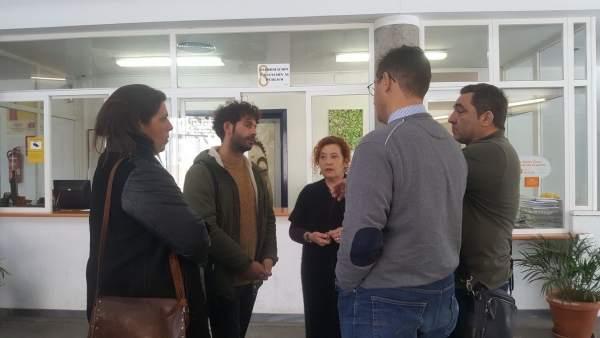 Julián Moreno (Participa Sevilla) con personal del Centro Cívico de Los Carteros
