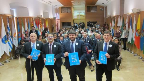 López Miras, segundo por la derecha, en la presentación del Plan