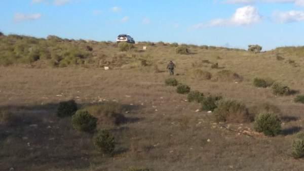 Un agente transita por la finca donde estaría el pozo de donde sacaron a Gabriel