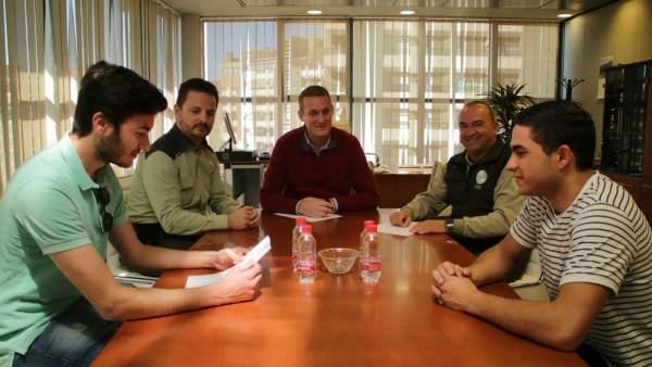 Enríquez dialoga con los alumnos en prácticas