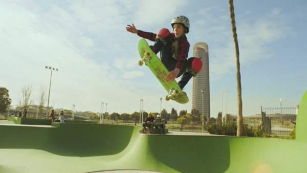 El skater de Sevilla David Parrilla protagoniza la nueva campaña de Cola Cao