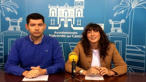 El alcalde de Valverde del Camino, Manuel Cayuela, junto a Loles López.