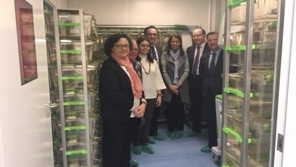 Autoridades en la inauguración de la unidad de bioseguridad