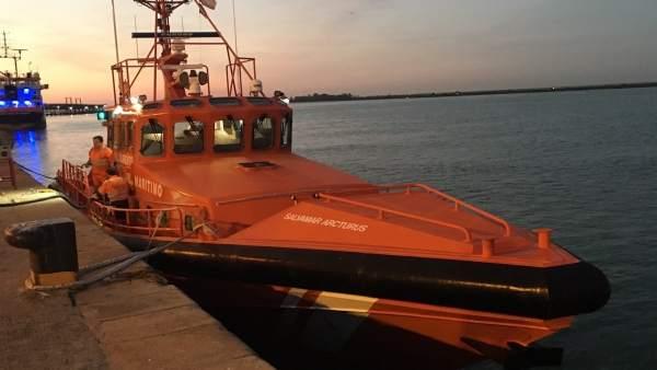 La Salvamar Arcturus rescata a seis inmigrantes en Punta Paloma