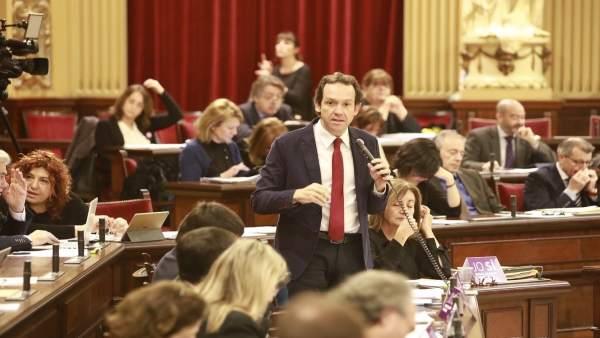 El conseller de Territorio, Marc Pons, en el pleno del Parlament de este martes