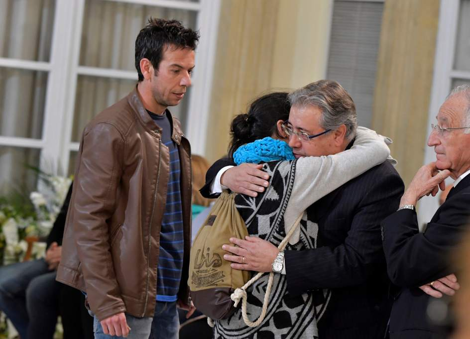 Patricia Ramírez abraza a Zoido este lunes con la bufanda de Garbiel