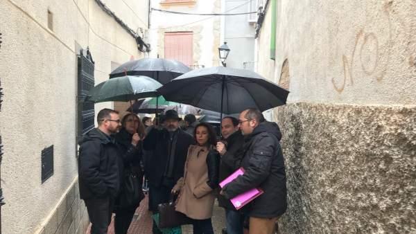 Concejales del PSOE con vecinos de la calle Vicario
