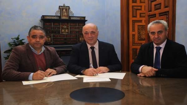 Ruiz (centro) suscribe el convenio