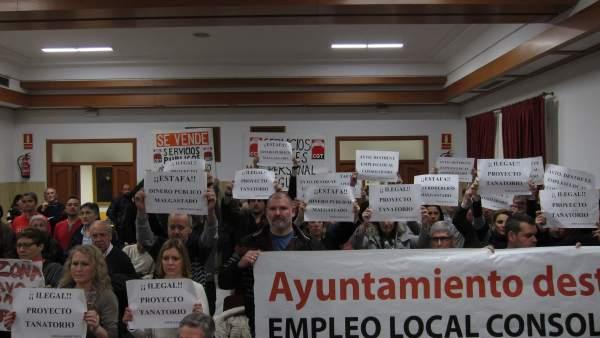 Celebración del Pleno con protesta de empleados de Tanatorios de Córdoba
