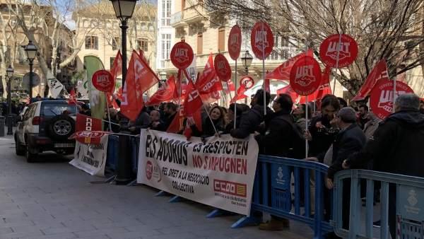Protesta de CCOO y UGT contra la suspensión de la carrera profesional