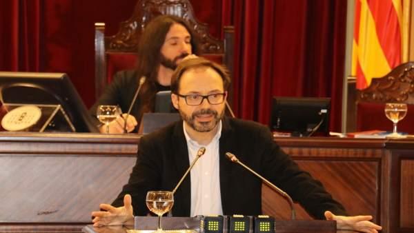Josep Castells defendiendo la PNL de MÉS per Menorca en el pleno de este martes