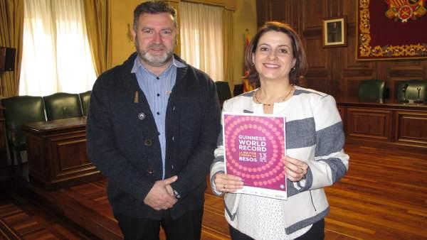 La alcaldesa de Teruel convoca a la cadena de besos más larga del mundo