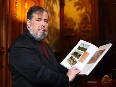 James Fernández, con un ejemplar de su libro.