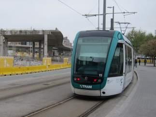 El tranvía, entre la avenida Diagonal y la plaza de les Glòries.